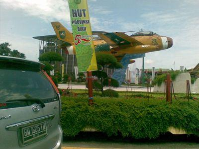 patung pesawat di di depan kantor gubernur Riau